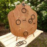 BLASON CIBLE - location jeu en bois location 91-75-94-78 Nb de joueurs : 1 et + - PRINCIPE : Lancer les anneaux en caoutchoucs vers le blason cible pour marquer un maximum de points -  DIMENSION : 48 cm hauteur x 29 cm largeur