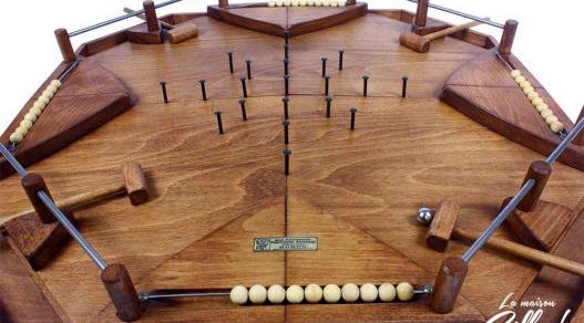 JEUX DES MARTEAUX - location jeu en bois location 91-75-94-78 - NB DE JOUEURS : 2-4 - PRINCIPE : Chaque joueur défend ses buts avec un seul marteau et essaye de mettre des buts chez les autres joueurs - DIMENSION : 78 x 78 cm