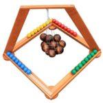 JEU SUSPENSE - location jeu en bois location 91-75-94-78 - NB DE JOUEURS : 1 à 4 - PRINCIPE : Attraper délicatement les boules de sa couleur avec sa baguette et les poser de telle façon qu'il reste en équilibre avec les autres. L'objectif est de se débarrasser de toutes ses boules - DIMENSION : 70 x 63 x 63 cm