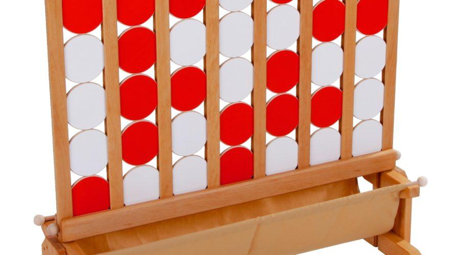 UISSANCE IV - Location jeux en bois - NB DE JOUEURS : 2 ou deux équipes - PRINCIPE : Chaque joueur pose un palet à tour de rôle entre les cloisons. Le Gagnant est celui qui parvient aligner 4 palets horizontalement, verticalement ou diagonalement. - DIMENSION : 90 x 95 cm