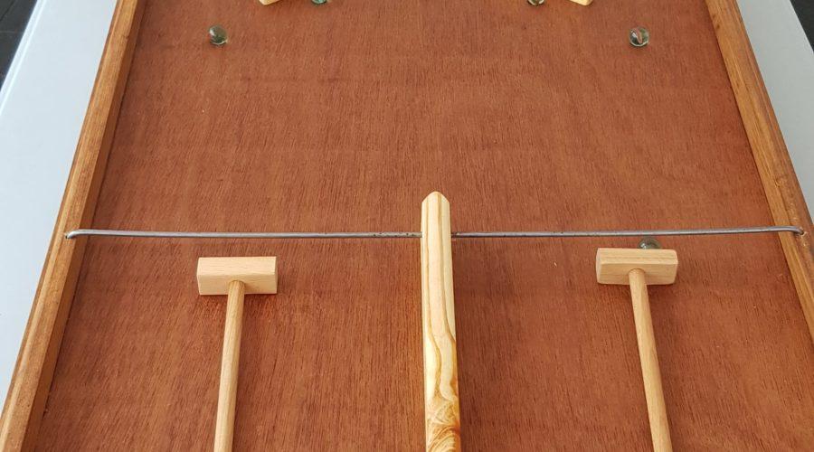 SPEED BALL Location jeux en bois 91-75-77-78 - NB DE JOUEURS : 2 - PRINCIPE : Repousser à l'aide d'un marteau les billes qui viennent vers soi pour les mettre dans l'équipe adverse. DIMENSION : 82.5 x 51 x 8 cm