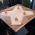 TABLE A GLISSER 4 JOUEURS location jeu en bois location 91-75-94-78 - NB DE JOUEURS : 2-3 ou 4 joueurs - PRINCIPE : Défendez votre camp du palet à l'aide de votre poignée et marquez le maximum de buts - DIMENSION : 100 x 100 cm
